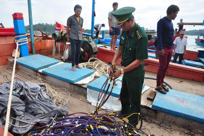 Lực lượng chức năng Quảng Ngãi kiểm tra những thiệt hại tàu cá QNg 90127 TS