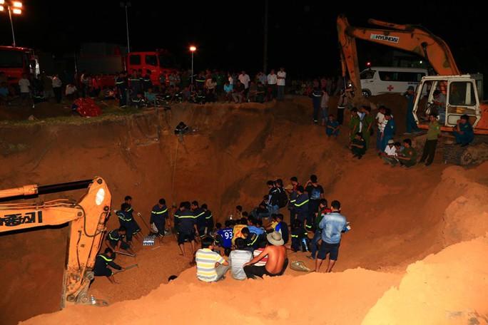 Để có thể tiếp cận vị trí bé bị mắc kẹt, nhiều máy xúc đã đào ở vùng kế cận. Sau đó thợ đào giếng đào tiếp một đường giếng song song với đường giếng khoan. Từ đó đào tiếp một đường vuông góc thông qua vị trí bé đang bị mắc kẹt