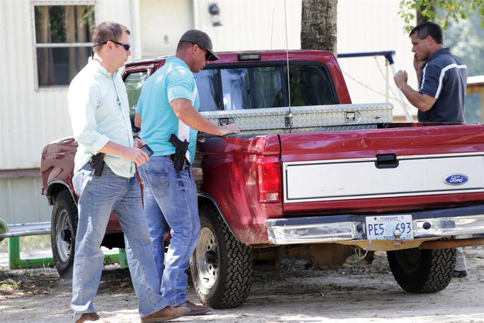 Chiếc xe bán tải màu đỏ của nghi phạm. Ảnh: AP