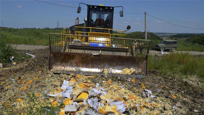 Nga tiêu hủy pho mát ở TP Belgorod. Ảnh: Reuters