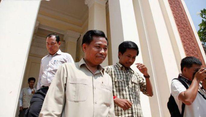 Ông Chhouk Bandith bước ra khỏi tòa phúc thẩm ở Phnom Penh năm 2013. Ảnh: Phnompenh Post