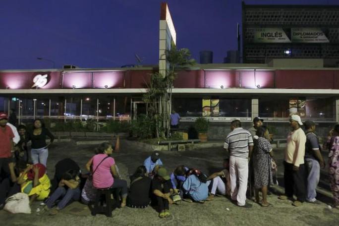 Người dân xếp hàng cả đêm bên ngoài một siêu thị ở TP Maracaibo. Ảnh: Reuters