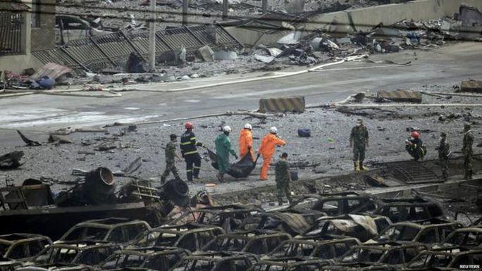 Nhân viên cứu hộ làm việc tại hiện trường. Ảnh: Reuters