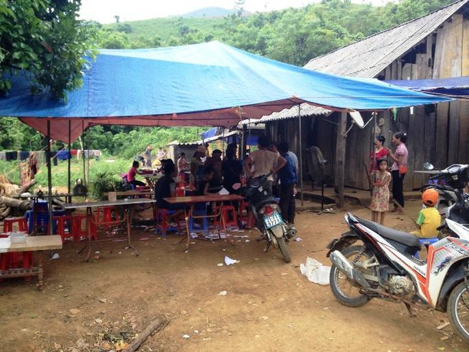 Tại nhà bà Lý Thị Rạp, nhiều người dân đến báo tin nghi can Đặng Văn Hùng đã bị bắt