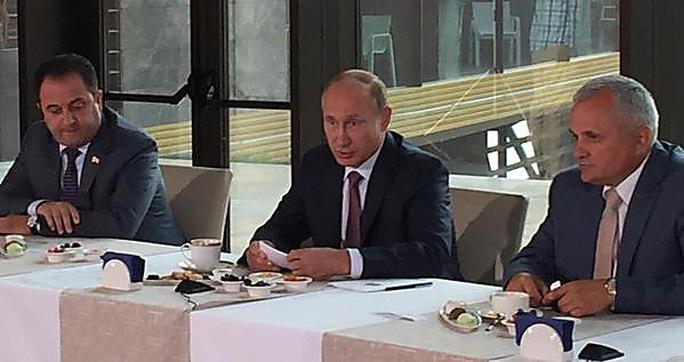 Tổng thống Putin (giữa) đang thăm Crimea. Ảnh: News.pn