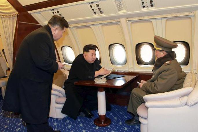 Ông Kim trên máy bay riêng. Ảnh: KCNA