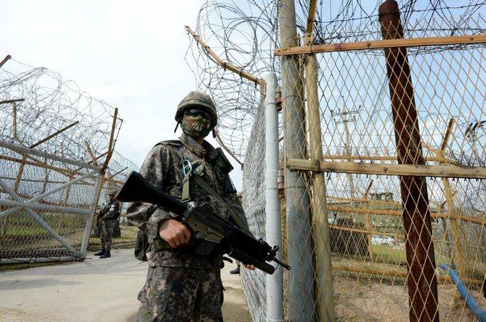 Một binh sĩ Hàn Quốc canh gác dọc khu phi quân sự (DMZ). Ảnh: Yonhap