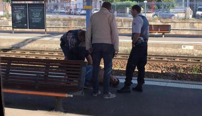Tay súng trên chuyến tàu cao tốc bị khống chế. Ảnh: Reuters