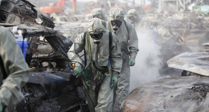 Công nhân dọn dẹp hiện trường vụ nổ Thiên Tân. Ảnh: Nhật báo Thiên Tân