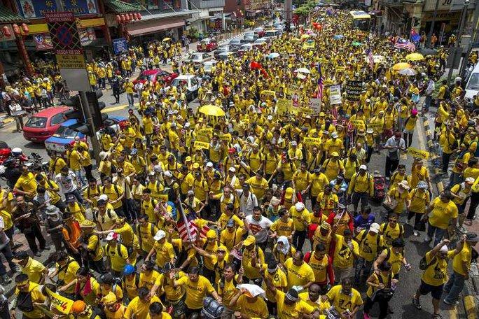 Khoảng 30.000 người đang tập trung tại các khu vực lân cận và trung tâm thủ đô Kuala Lumpur. Ảnh: Reuters