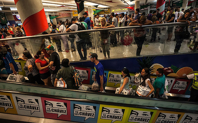 Người dân Venezuela xếp hàng mua đồ trong siêu thị. Ảnh: The Telegraph