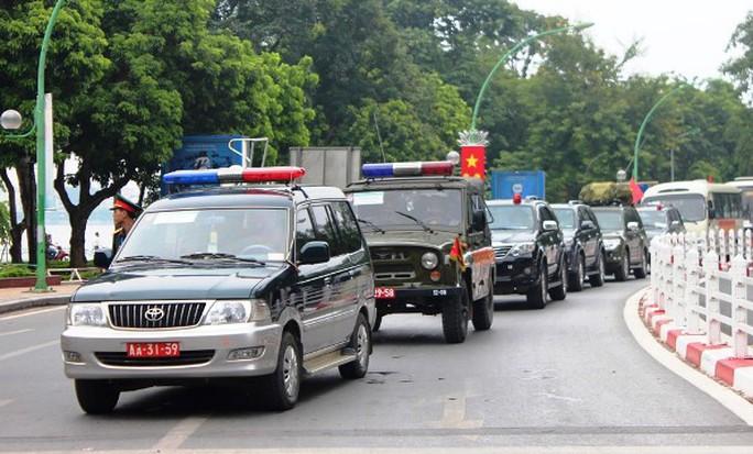Khoảng 14 giờ chiều nay, ngày 29-8 hàng trăm xe quân đội công an chở theo lực lượng diễu binh cho buổi tổng duyệt kỷ niệm Quốc khánh 2-9 đi từ hướng đường Thanh Niên vào khu vực Lăng Bác