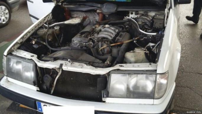 Một người Guinea trốn ở động cơ xe để nhập cảnh trái phép vào Tây Ban Nha... Ảnh: BBC
