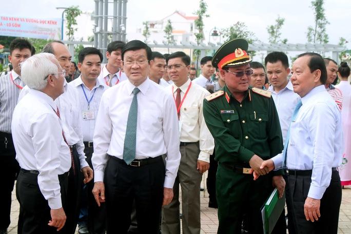 Chủ tịch nước Trương Tấn Sang cùng các lãnh đạo thành phố đến dự lễ khánh thành dự án cải tạo kênh Tân Hóa – Lò Gốm