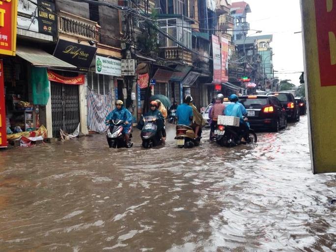 """Cơn mưa lớn kéo dài khiến khu phố Định Công biến thành """"sông"""""""