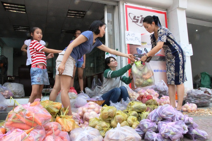 """Một điểm bán """"Ủng hộ nông sản Lâm Đồng"""" do Hội quán Các Bà mẹ tổ chức, hiện đang bày bán tại địa chỉ 7A Nguyễn Thị Minh Khai (quận 1)."""