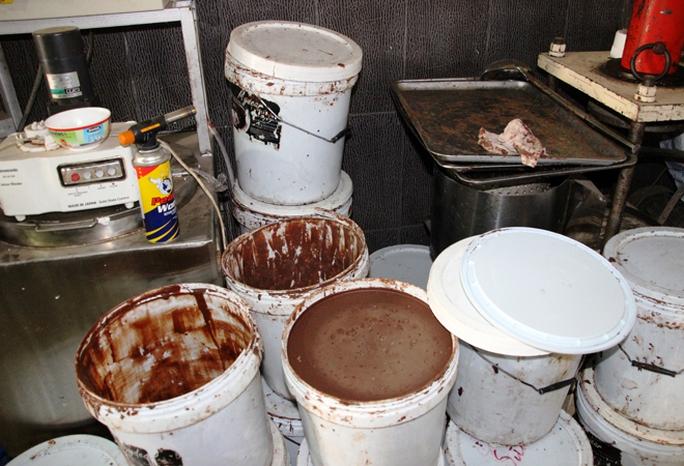 Phế phẩm ca cao không rõ nguồn gốc được pha chế trước khi sản xuất.