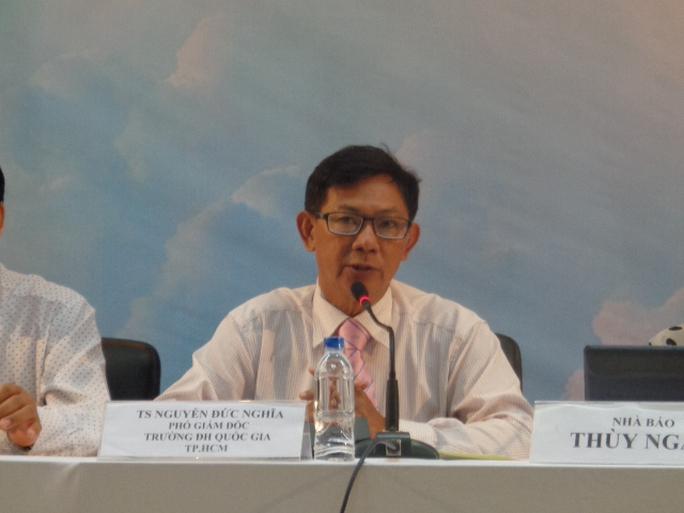 TS Nguyễn Đức Nghĩa - Phó Giám đốc ĐHQG TP HCM tại buổi tư vấn.