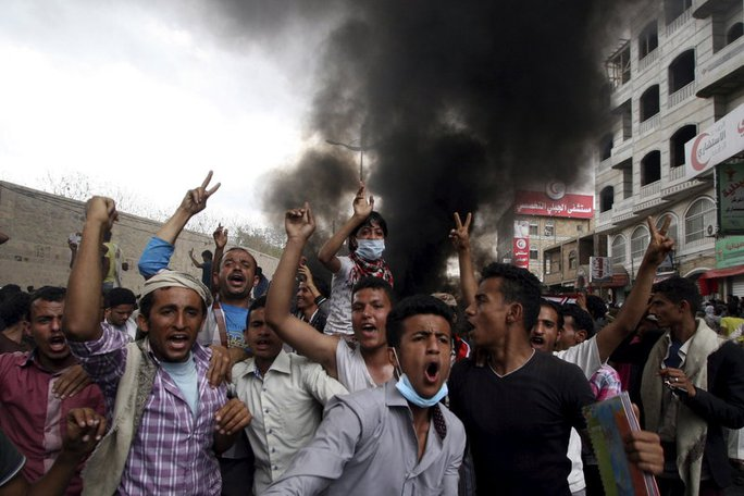 Anti-Houthi protesters demonstrate in Yemens southwestern city of Taiz on Monday.