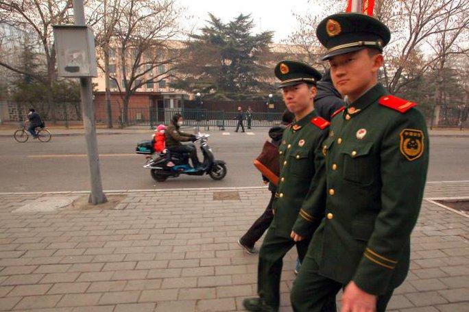 Binh lính Trung Quốc đi ngang Đại sứ quán Triều Tiên tại Bắc Kinh. Ảnh: UPI