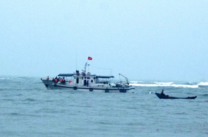 Tàu kiểm ngư cùng hai ca nô đang tiếp cận hiện trường tàu cá gặp nạn