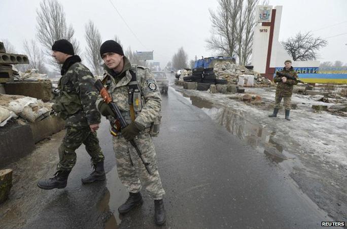 Ukrainian soldiers man a checkpoint at Kostyantynivka, Donetsk region, 22 January