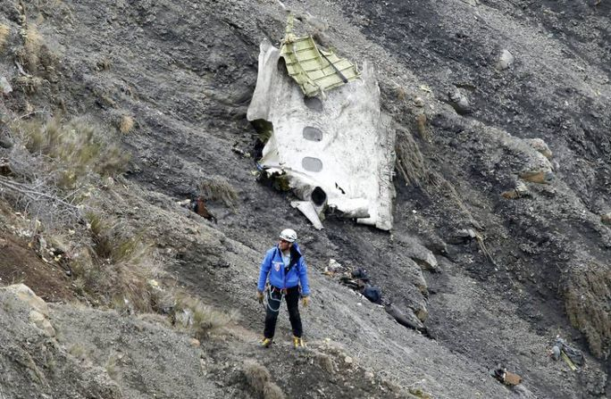 epaselect epa04678498 A search and rescue worker at the crash site of the Germanwings Airbus A320 that crashed in the French Alps, above the town of Seyne-les-Alpes, southeastern France, 25 March 2015. Search crews resumed helicopter flights around dawn on 25 March to the remote mountainside where Germanwings Flight 4U 9525 from Barcelona to Duesseldorf crashed after a rapid descent, likely killing all 150 people aboard on 24 March.  EPA/GUILLAUME HORCAJUELO