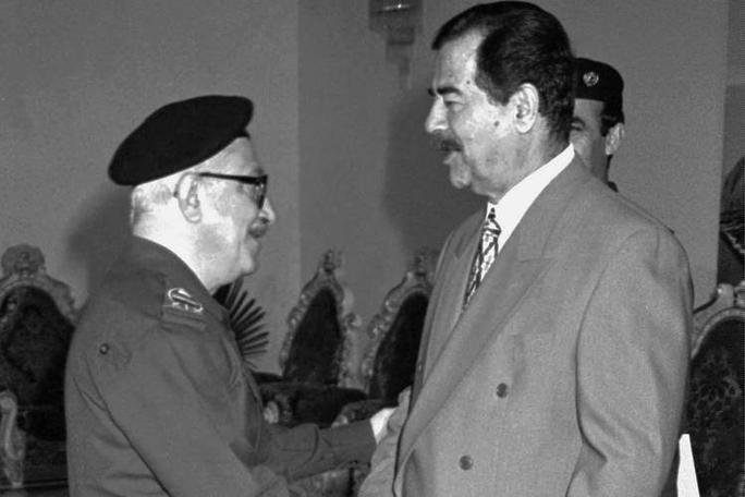 Tariq Aziz (trái) là một trong những người trung thành nhất với Saddam Hussein. Ảnh: AP