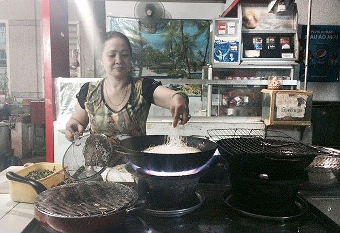 """Bà Diễm Thúy đang chế biến món ăn """"pizza hủ tíu"""" tại lò hủ tíu Sáu Hoài"""