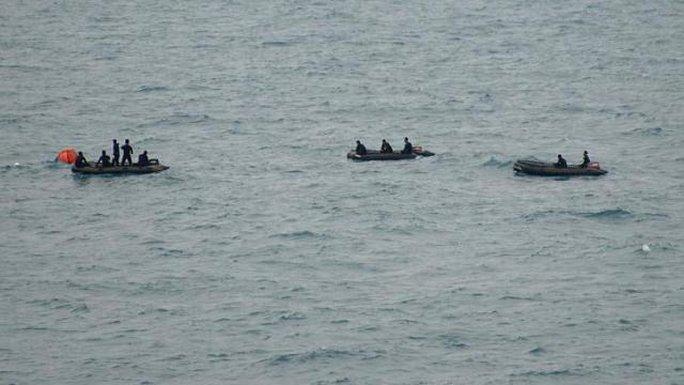 Lực lượng tìm kiếm đang tiến gần tới vị trí hộp đen. Ảnh: Reuters