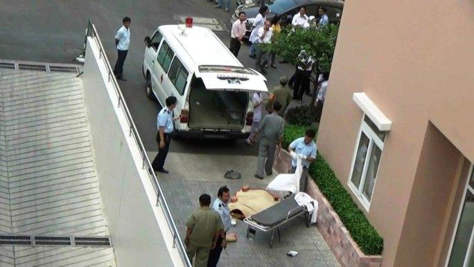 Xe cứu thương đến đưa thi thể nạn nhân đi - Ảnh : Đại Việt