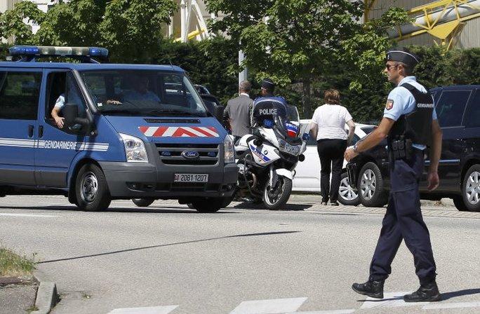 Cảnh sát Pháp phong tỏa một con đường gần nhà máy - Ảnh: Reuters