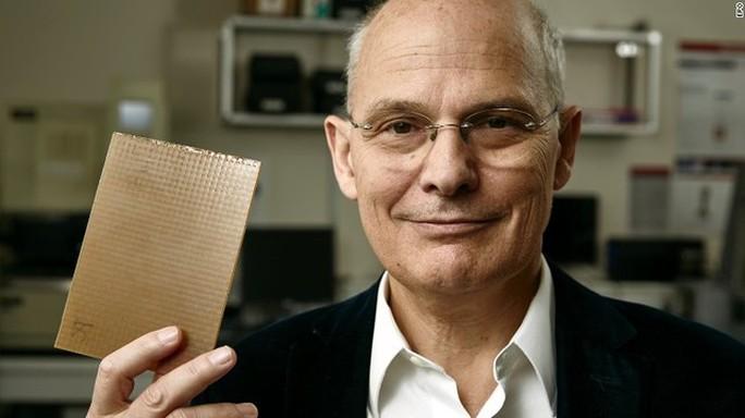 Khoa học vật liệu đoạt giải thưởng Dr. Ludwik Leibler đã phát minh ra vitrimers - nhựa có thể tự sửa chữa.