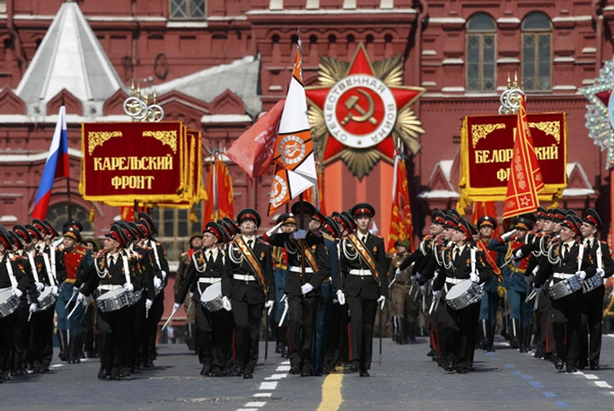 Russian servicemen and cadets march during the Victory Day parade at Red Square in Moscow, Russia, May 9, 2015. Russia marks the 70th anniversary of the end of World War Two in Europe on Saturday with a military parade, showcasing new military hardware at a time when relations with the West have hit lows not seen since the Cold War. REUTERS/Sergei Karpukhin