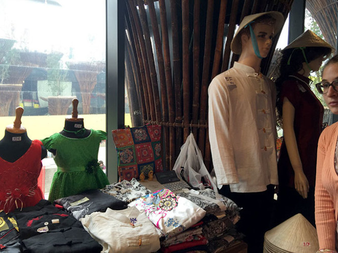 Trang phục nam, nữ tại Nhà Việt Nam ở Expo 2015 được thiết kế theo kiểu Tàu - Ảnh: NGUYỄN THỊ KIỀU OANH