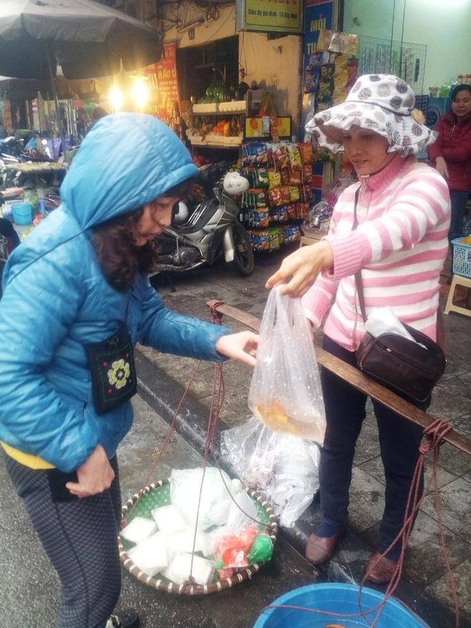 Bán cá dạo ở phố giá dao động từ 10.000 đến 15.000 đồng/con