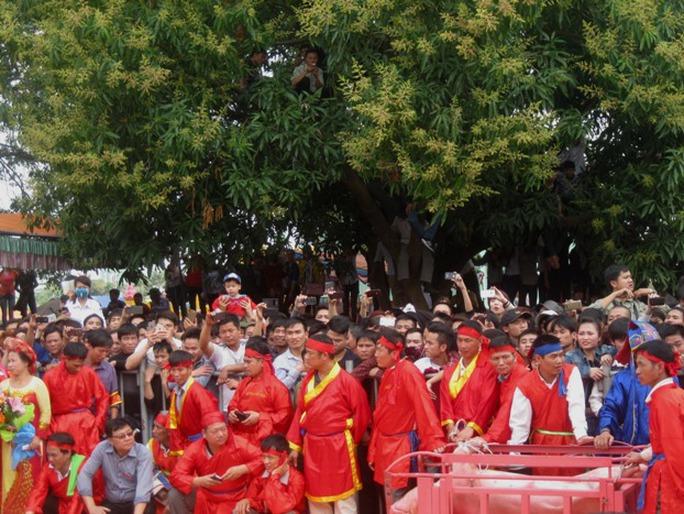 Khoảng gần 12 giờ trưa, sân đình Thượng đã kín người dân và khách tham quan