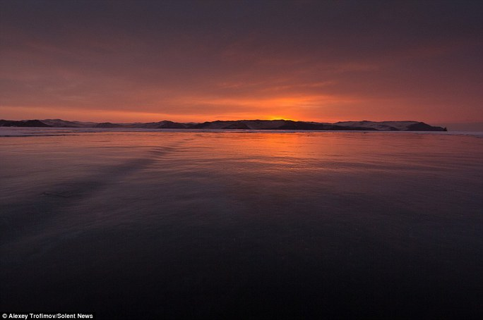 Mặt trời mọc trên hồ Baikal