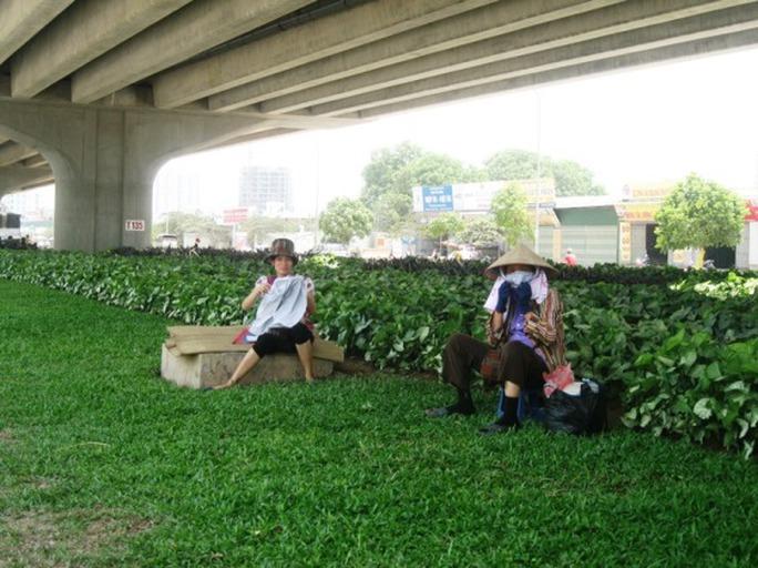 Người lao động tận dụng những bóng râm tại các gầm cầu, cây cối để tránh những cái nắng gay gắt trưa hè