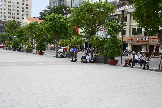 Những băng ghế gỗ được lắp đặt dưới gốc cây xanh tạo bóng mát cho người dân vui chơi, nghỉ ngơi. Ảnh: Thăng Bình