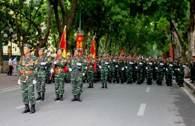 Bên trong các khu vực gần Quảng trường Ba Đình, các lực lượng diễu binh chuẩn bị cho buổi tổng duyệt.