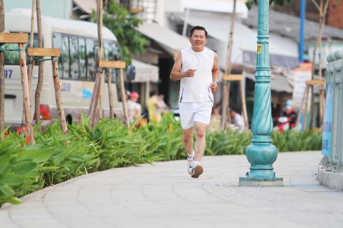 Công viên bên đường khá lớn, cho các em nhỏ tha hồ chạy nhảy vui đùa, người lớn thì có thể thoải mái tập thể dục