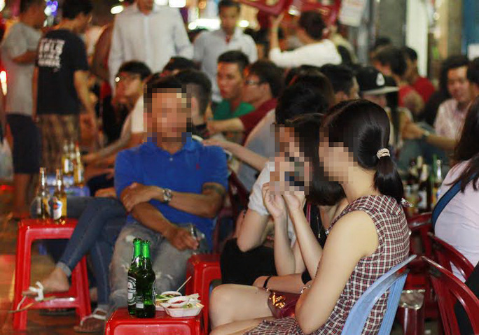 Tối đến, các quán nhậu lại đông nghẹt khách đến tận khuya Ảnh: Hoàng Triều