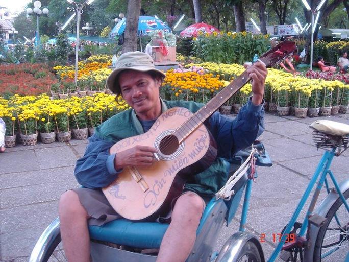 Nghệ sĩ Mai Trần bên cây đàn guitar. Ảnh Facebook