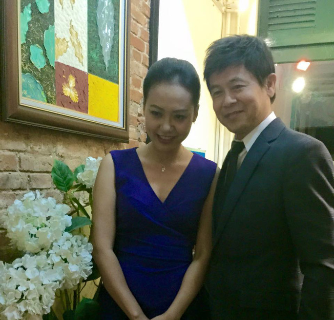 Ca sĩ Thái Châu và diễn viên Hồng Ánh. Hồng Ánh cũng chính là người đã mời anh đến tham gia chương trình