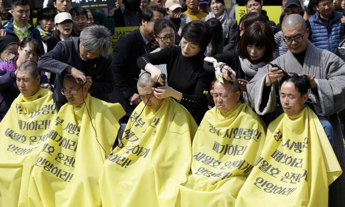 Người thân nạn nhân phà Sewol cạo đầu để biểu tình phản đối quyết định bồi thường của chính phủ. Ảnh: AP