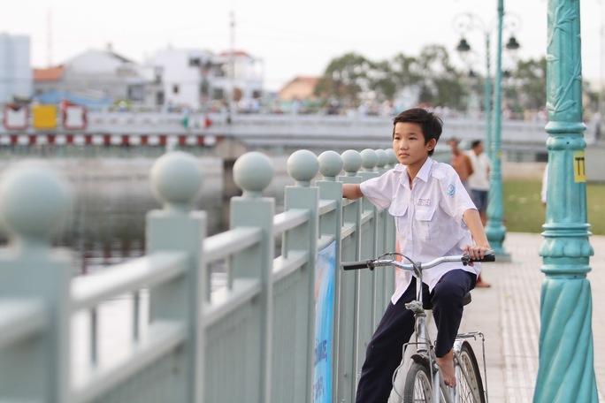Em Bảo Khang (hs lớp 3/2 trường THCS Phú Đinh) cho biết em rất thích nơi này, cứ mỗi chiều sau khi tan học là em lại ra đây chơi cùng các bạn