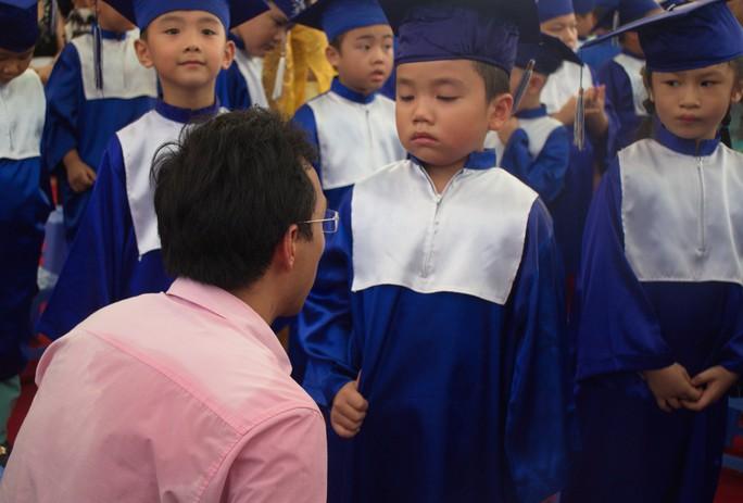 Một phụ huynh khuyến khích, động viên con trong lễ tốt nghiệp trường mầm non Ảnh: GIA THÙY