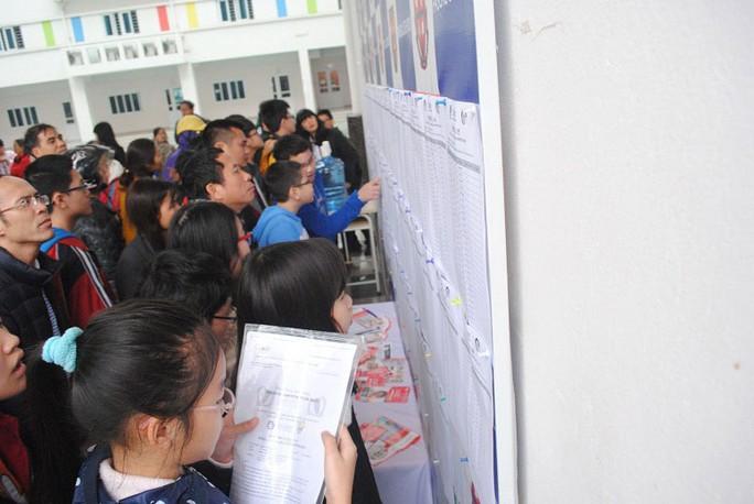 Chen nhau nộp hồ sơ vào một trường THCS tại Hà Nội năm 2014 Ảnh: LÊ THANH