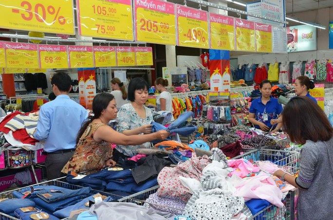 Hàng trăm mặt hàng được niêm yết giảm giá bán tại siêu thị Co.opmart Nguyễn Đình Chiểu (TP HCM) Ảnh: TẤN THẠNH